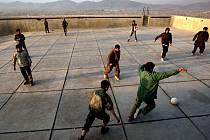 Kábul, snímek z roku 2010. Takto, ve vypuštěné plovárně, hrály děti fotbal