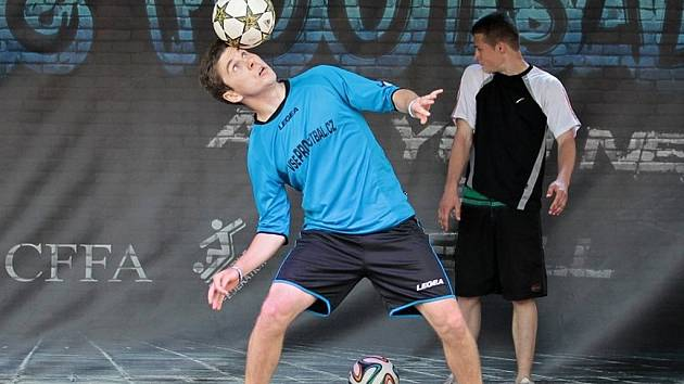 Petr 'Kari' Karásek - mistr ČR ve freestyle fotbale.