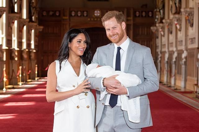 První snímky dítěte prince Harryho a jeho ženy Meghan