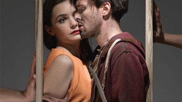 Herci Karel Heřmánek jr. a Sarah Haváčová excelují jako Mark a Louisa v novince pražského Divadla Bez zábradlí.
