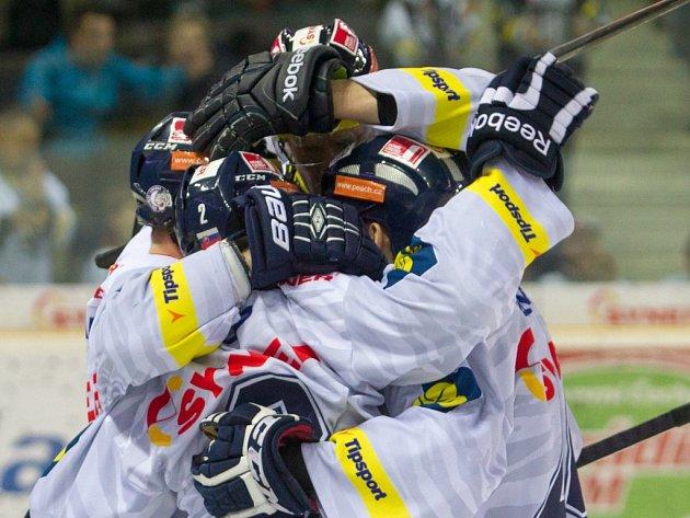 Hokejisté Liberce se radují z gólu proti Zlínu.