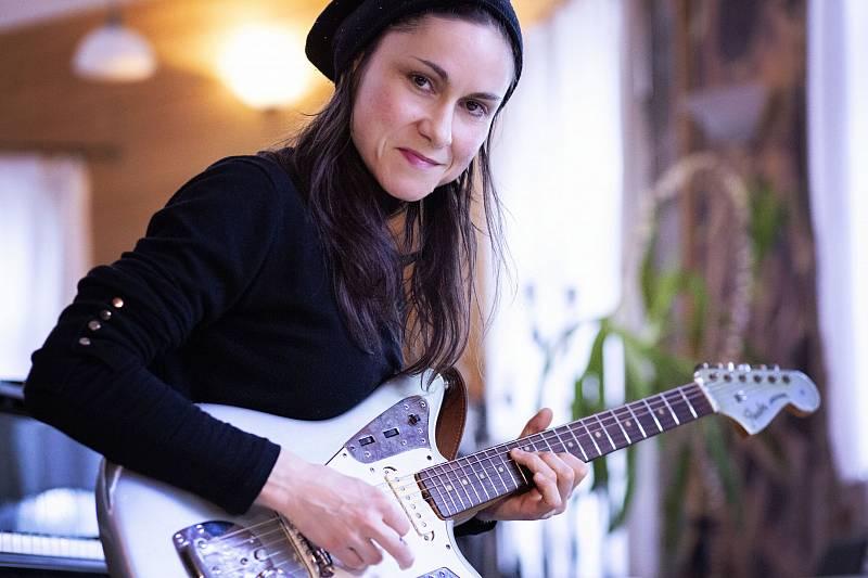 Inspirací pro novou desku byly zpěvačce Lence Dusilové její vlastní příběhy, rodinné osudy zahalené mlhou, ale i poněkud drsný kraj, v němž vyrůstala.