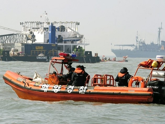 Jihokorejská pobřežní hlídka pátrá po potopeném trajektu Sewol.