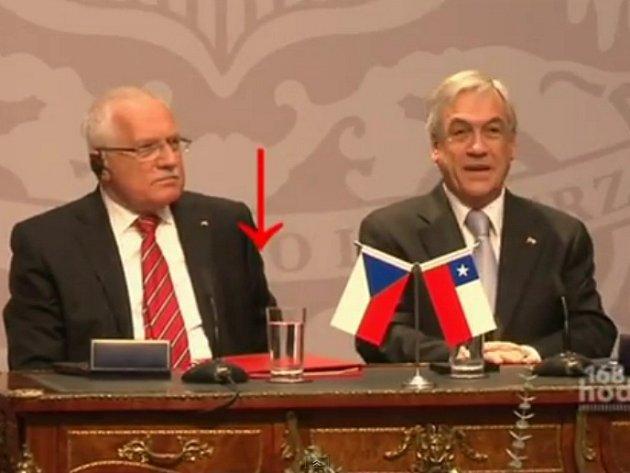 Video na serveru YouTube zhlédly miliony lidí. Na záběrech je vidět český prezident vedle svého chilského protějšku. Zatímco Pinera mluví k novinářům, Klaus si se zájmem prohlíží protokolární psací nástroj. Poté ho nenápadně zastrčí do kapsy a zaklapne kr