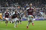 Fotbalista West Hamu Tomáš Souček se raduje z gólu v utkání anglické ligy.