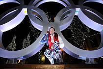 Šárka Záhrobská s bronzovou olympijskou medailí, kterou ve Vancouveru vybojovala ve slalomu.