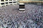 Muslimové se modlí ve Velké mešitě v Mekce