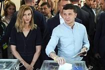 Ukrajinský prezident Volodymyr Zelenskyj s manželkou Olenou hlasují v Kyjevě v parlamentních volbách.