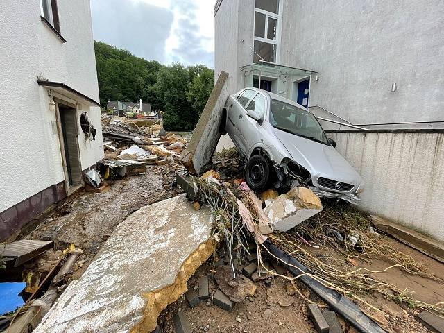 Zničená vesnice po povodni v Německu.