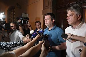 Předseda ČSSD Jan Hamáček a místopředseda strany Roman Onderka před novináři