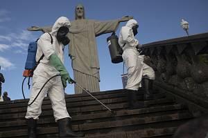 Vojáci dezinfikují schody, které vedou k soše Krista Spasitele v Riu de Janeiro, 13. srpna 2020