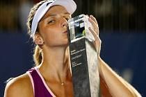 Karolína Plíšková s trofejí pro vítězku turnaje WTA v Malajsii.