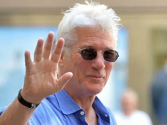 Do dějiště 50. ročníku Mezinárodního filmového festivalu v Karlových Varech přijel 2. července 2015 americký herec Richard Gere, který letos na festivalu převezme Křišťálový glóbus za mimořádný přínos světové kinematografii.