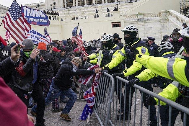 Příznivci Donalda Trumpa před Kapitolem.