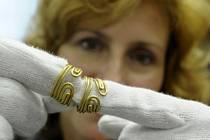 Na snímku vedoucí archeologického oddělení Regionálního muzea v Teplicích Lucie Kursová ukazuje vlasové ozdoby ze zlatého drátu.