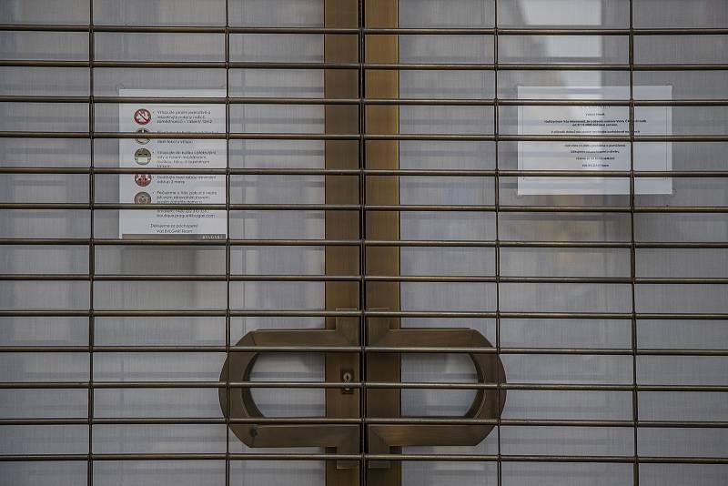 Zavřené dveře luxusních krámů mluví za vše.