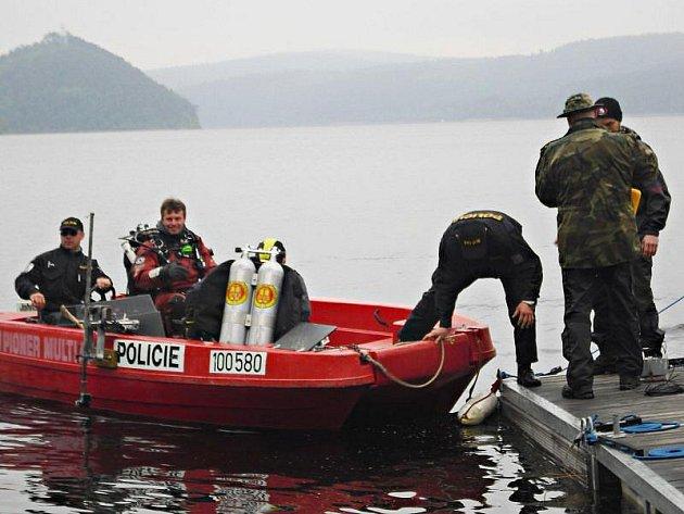 Pod hladinu Orlické přehrady do okolí kempu Popelíky se ve středu 26. května 2010 vrátili policejní potápěči. Znovu pátrají po něčem, co je možná chiméra - ale také by to mohl být sud s mrtvým tělem. Pátrací akce je naplánována od středy do pátku.