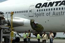 S dírou v trupu přistálo letadlo australské společnosti Qantas Airways na letišti ve filipínské Manile. Při letu z Hongkongu do Melbourne v letounu vybuchla 25. července tlaková láhev kyslíku a vyletěla ven. Otvorem v trupu unikl i vzduch z letadla.
