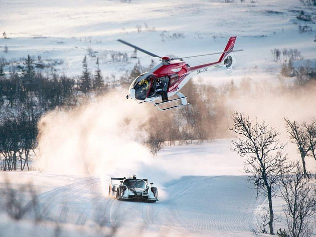 Švédský lyžař Jon Olsson tentokrát nevyrazil na sníh na lyžích. I za volantem mu to ale jde.