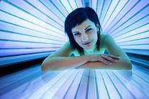 Světlo používané v soláriích je především dlouhovlnné ultrafialové pásma A. To vede k rychlému zhnědnutí.