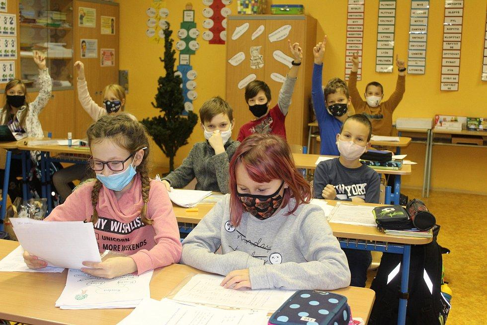 Žáci prvních a druhých tříd dostanou vysvědčení ve škole. Ostatní přes monitor z domova.