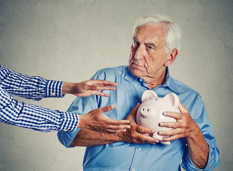 Šmejdi se snaží vylákat ze seniorů peníze všemi možnými způsoby
