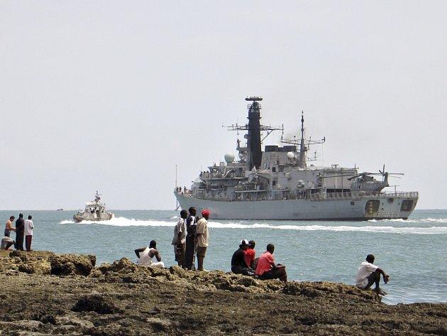 Britské válečné plavidlo Northumberland vyplouvá z keňského přístavu Mombasa.