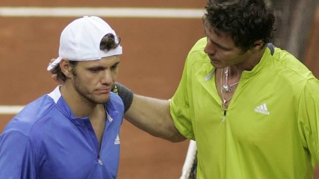 Marat Safin (vpravo) chlácholí Paula-Henriho Mathieua po rozhodujícím duelu čtvrtfinále Davisova poháru mezi Ruskem a Francií.