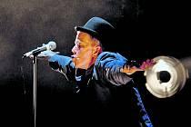 Podle jednoho životopisce Tom Waits zpívá, jako kdyby si před svým ranním vyprošťovákem vykloktal ústa hrstí štěrku.
