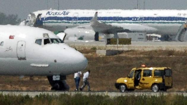 Všichni cestující z uneseného tureckého letadla jsou na svobodě. Únostci se vzdali