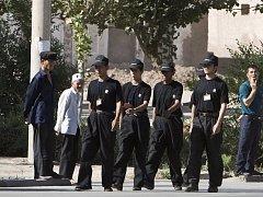 Příslušníci čínských bezpečnostních složek musí v Kašgaru chodit ve skupinách.