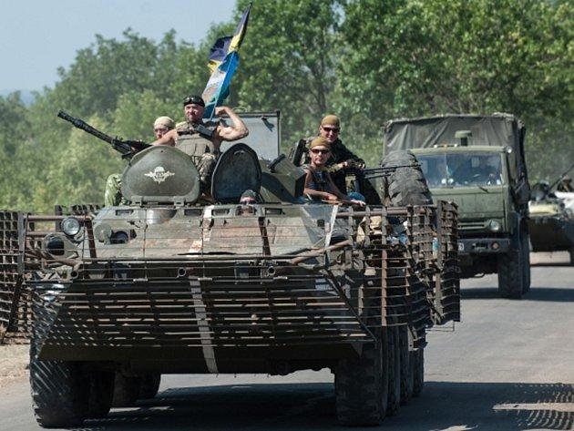 Ukrajinské jednotky dnes pokračují v ofenzivě u Luhansku a Doněcku, kde bylo slyšet dělostřeleckou palbu.