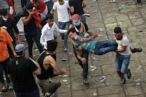 Muž zraněný během protivládní demonstrace v Bagdádu je odnášen k ošetření