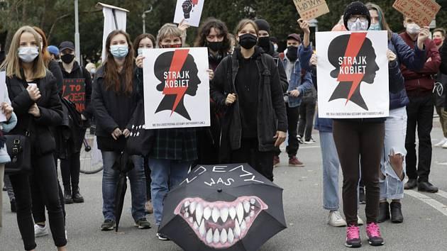 Ženy protestovaly ve Varšavě kvůli omezení možnosti podstoupit interrupci.