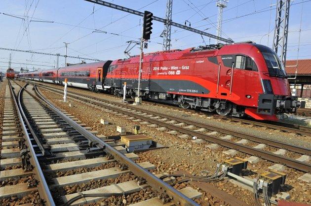 Vlak ÖBB railjet rakouského dopravce.