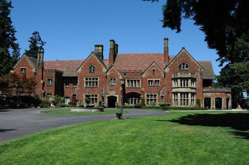 Usedlost Thornewood nechal vybudovat americký milionář z lásky pro svojí manželku a dceru. Dosud je v soukromých rukou. Jde o oblíbenou lokaci pro svatby.