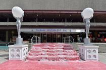 Malá verze červeného koberce před vstupem do karlovarského hotelu Thermal (na snímku z 29. června 2020) upozorňuje na zrušený filmový festival, který se letos kvůli situaci kolem koronaviru neuskuteční.