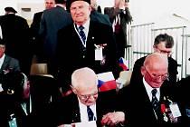 VZPOMÍNKY NA NORMANDII. Oldřich Pich (stojící) při oslavách 60. výročí vylodění v Normandii v červnu 2005.