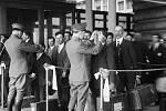 NEJISTÁ POUŤ. Prohlídka přistěhovalců na Ellis Islandu.