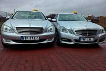 Vozy taxislužby, z nichž někdo ukradl značky na přání.