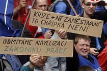 V Praze demonstrovaly desetitisíce lidí. Za řečnickým pultem se střídali odborářští předáci.
