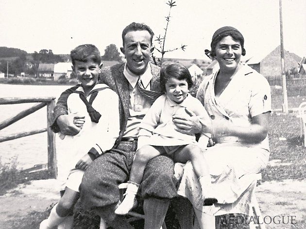 SONJA. Z rodiny Burgových přežila jako jediná. Na snímku s bratrem a rodiči z roku 1928.
