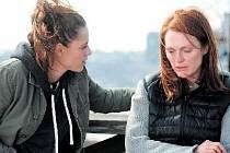 ALICE. Pořád jsem to já, uklidňuje sebe i dceru ve filmu Richarda Glatzera profesorka lingvistiky, jejíž mysl začíná neodvratně nahlodávat nepřítel jménem Alzheimer (hrají Julianne Mooreová a Kristen Stewartová).