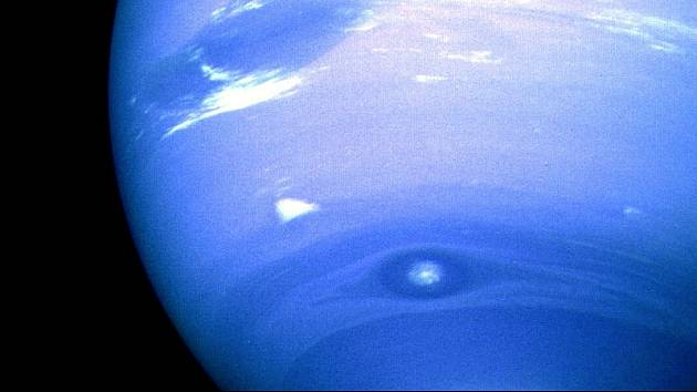 Neptun je označovaný i jako ledový obr. Typická je pro něj nebesky modrá barva.