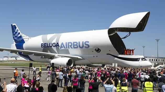 Nákladní letoun letoun Airbus BelugaXL po prvním zkušebním letu u francouzského města Toulouse