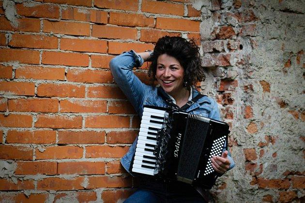 Zpěvačka a písničkářka Kaczi.