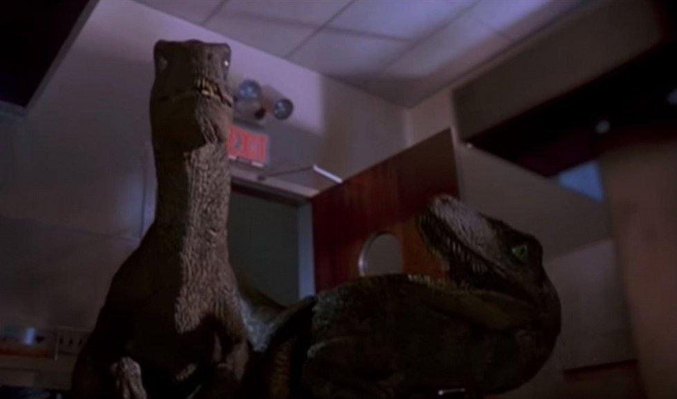 Inteligentní, v páru lovící velociraptoři, jak je v paměti lidí zafixoval Spielbergův Jurský park z roku 1993