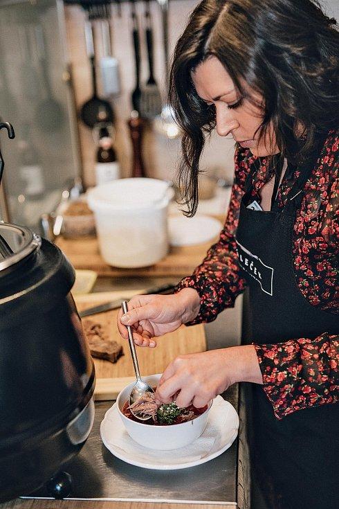 Vepřové, nebo hovězí? Anna Unger používá pro svou verzi boršče dva druhy hovězího. Ale ještě častěji připravuje variaci bezmasou.