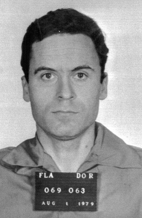 Policejní záběr Teda Bundyho z roku 1979, poté, co byl obviněn z vražd studentek v kampusu Floridské státní univerzity.