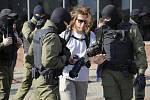 Běloruští policisté zatýkají fotožurnalistu na protestní akci žen v Minsku, 26. září 2020